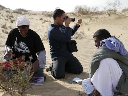 Sweirki rangers bezig met veldonderzoek, in het midden Basem Rabia Motwaly. (© Foto: Omar Attum)